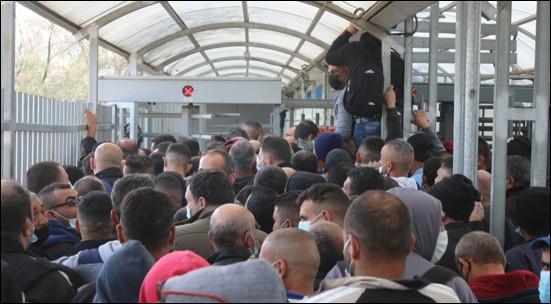 """היעדר זכויות וניצול מחפיר: דו""""ח חמור על העסקת עובדים פלסטינים בישראל ובהתנחלויות"""