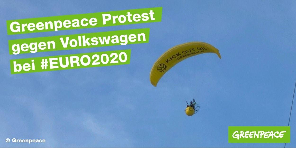 מחאה נגד פולקסווגן: פעיל גרינפיס נחת על המרגש לפני תחילת המשחק גרמניה-צרפת