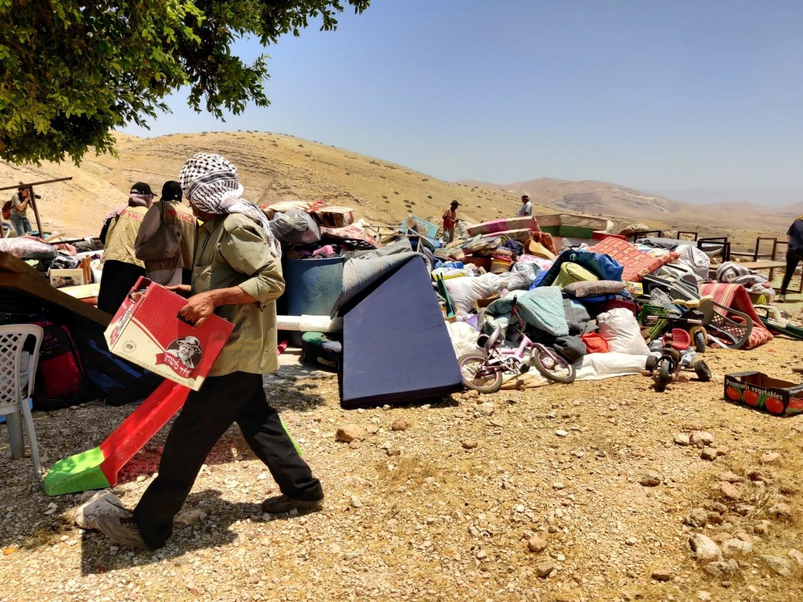צבא הכיבוש ניסה למנוע סיוע של פעילי שלום לתושבי חומסה אל־בקייעה שנהרס השבוע
