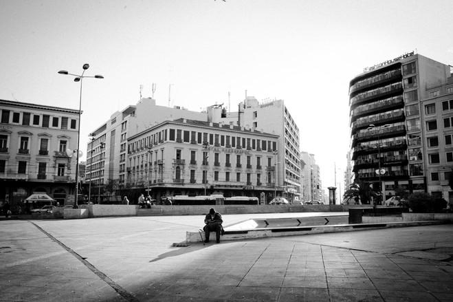 Η πλατεία Ομονοίας, κάποτε εμπορική καρδιά της Αθήνας, τώρα έχει γίνει σύμβολο απόγνωσης και κοινωνικής κατάρρευσης. Η πλατεία και η γύρω γειτονιές έχουν ρημαχτεί από την οικονομική κρίση και την «πλημμύρα» μεταναστών που δεν έχουν χαρτιά.