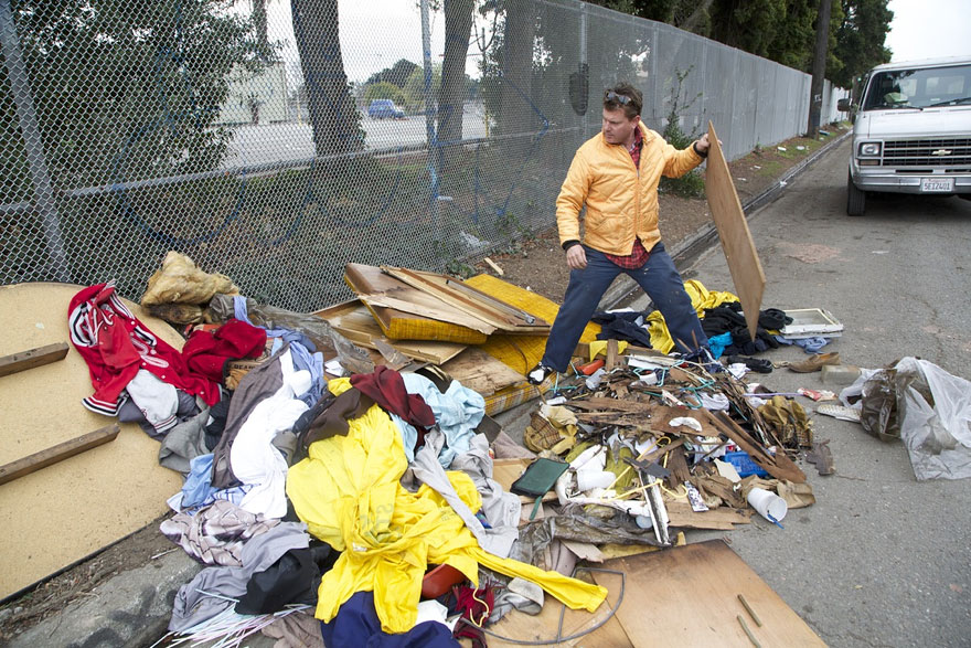 artist-gregory-kloehn-convert-trash-into-homeless-homes_6046f1814cf81cce79b22dd807abce71