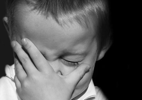 Niño decepcionado, triste