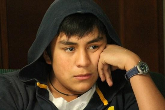 Joven adolescente pensativo