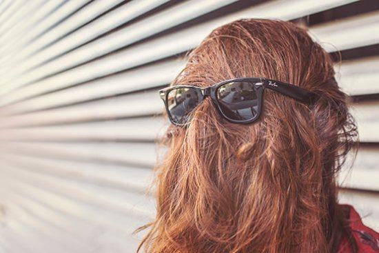 Persona con gafas de sol al revés
