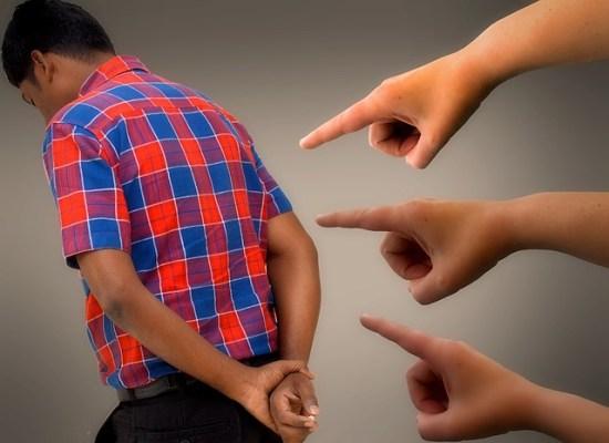 Dedos señalando a un jovén