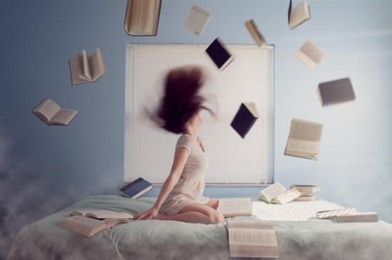 Chica en la cama rodeada de libros