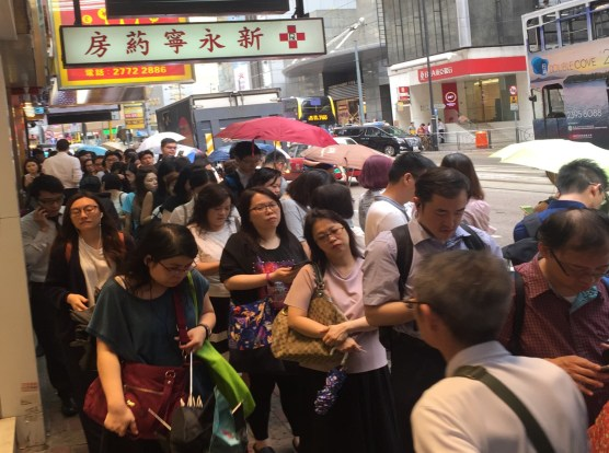 Overcrowded sidewalks on Des Voeux Road Central. Photos – Walk DVRC