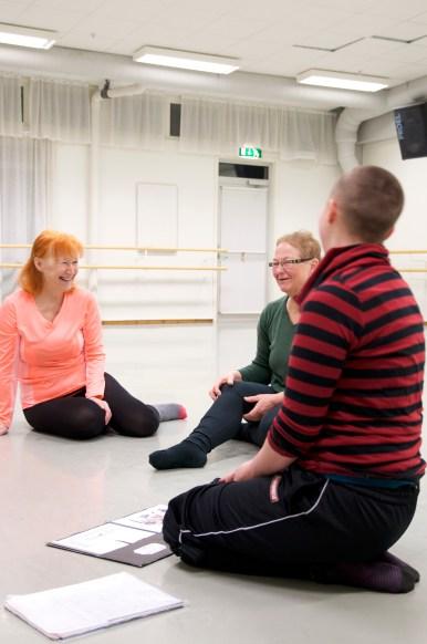 Bella berättar om floor-barretekniken och dess grundare Zena Rommett innan träningen drar igång