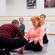 Bella korrigerar Kins fötter och visar hur hon kan jobba med sin utåtvridning