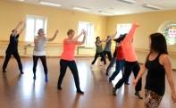 Då de lärt sig dansen fick de köra själva - under Marlenes vakande blick :)