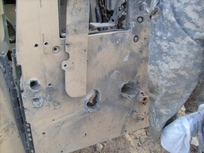 Efectos de un EFP en la puerta de un HMMWV M1114. Foto: Internet.