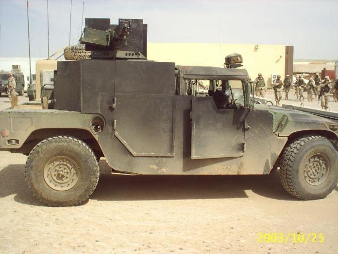 """HMMWV M1038 equipado con lo que se denominó """"Hillbilly Armor"""" (Armor Level III – fabricado en el T.O.) lo que demuestra nuevamente la carencia de medios adecuados durante la etapa inicial de la ocupación. Foto: Internet."""