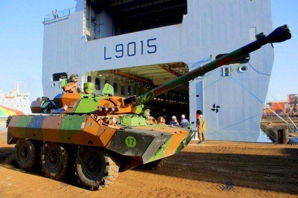AMX-10RC Rénové desembarcando del Dixmude L9015 en el puerto de Dakar, durante la operación Serval. Pese a la última modernización, tanto el AMX-10RCR como el ERC-90 serán reemplazados por el futuro EBRC.