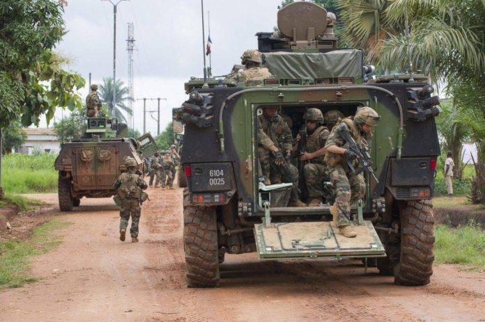 Infantes franceses pertenecientes a la GTIA Acier desembarcan de un VBCI en la ciudad centroafricana de Bangui. Los constantes despliegues en Afganistán y en el continente africano moldearían los requisitos para el programa Scorpion. Imagen: Armée de Terre.