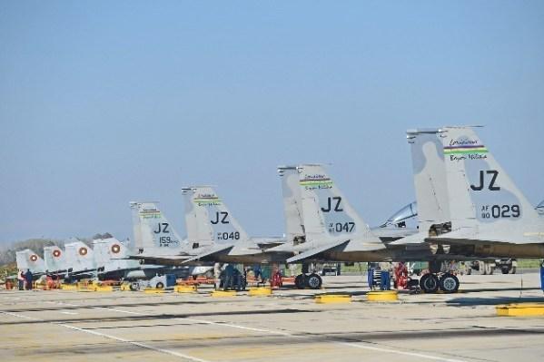 F-15 Eagles y Mig-29 alineados en la plataforma de la base aérea de Graf Ignatievo, Bulgaria, durante el ejercicio Thracian Eagle 2015. Imagen : USAF - Master Sgt. Toby Valadie.