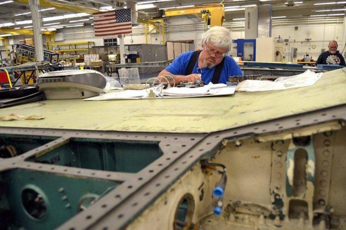 Artisan del FRC de Jacksonville en pleno proceso de desmantelamiento de un ala de Hornet. Imagen: US Navy - J. L. Wright Jr.