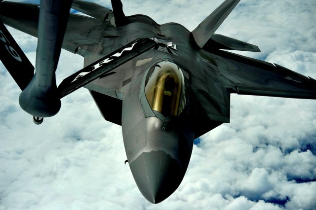 Un F-22 Raptor de la 1st Fighter Wing se alista para reabastecerse de un KC-135 Stratotanker de 756th Air Refueling Squadron. Imagen: USAF - Master Sgt. Jeremy Lock.