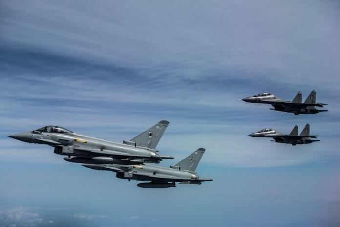 Typhoons y Flankers forman durante el ejercicio  Indradhanush. Imagen - RAF Cpl. Jimmy Wise