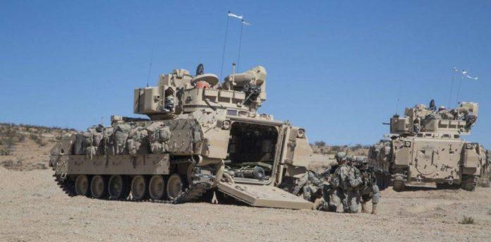 Soldados asignados al 4th Armored Brigade Combat Team, 1st Armored Division desembarcan de un M-2A3 Bradley durante ejercicios en el National Training Center en Fort Irwin, Arizona. Imagen: US Army - Sgt. Richard W. Jones Jr