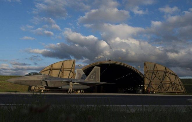 Aviones de combate furtivos como el F-22, cuatro de los cuales regresaron de un despliegue durante agosto a Europa como parte del ERI del Pentágono, se necesitan para hacer frente a la creciente amenaza A2/AD de Rusia en el continente. Fuente: USAF - Airman 1st Class Luke Kitterman