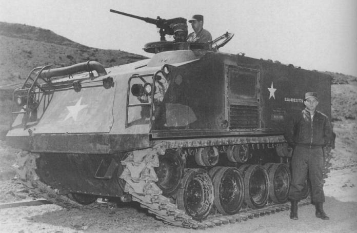 """El M-75 probaría la valía del diseño tipo """"caja sobre orugas"""". En la foto, infantes norteamericanos posan junto a su blindado en Corea. Imagen: US Army."""
