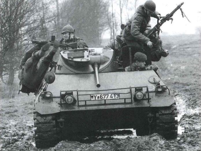 Panzegrenadiers alemanes desemontan de un HS.30 Lang. Queda demostrado a simple vista que la mencionada tarea podría resultar un tanto complicada, tal como se puede apreciar en la foto. Imagen: Bundes Archiv.