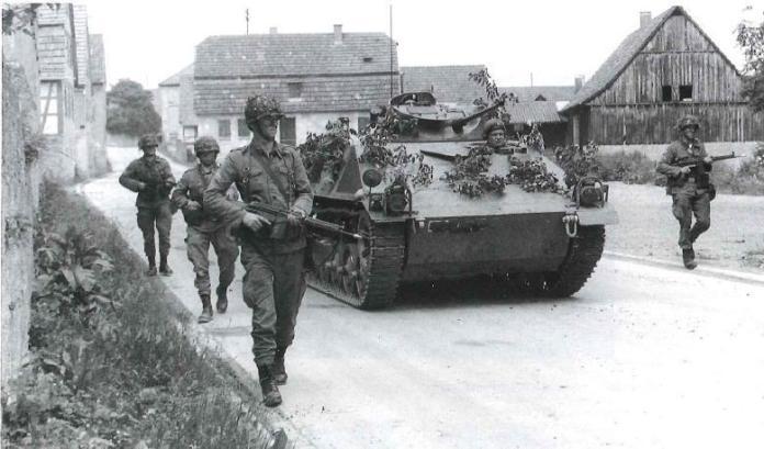 Infantes alemanes avanzan junto a un Spz Kurz durante unas maniobras. A diferencia del HS.30 Lang, el Hotchkiss Kurz siempre fue del agrado de sus usuarios, siendo reemplazado recién en la década de los '80. Imagen: Bundes Archiv.
