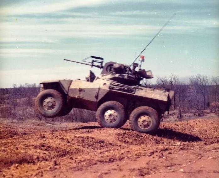 Los concursantes del fallido programa ARSV: El que seria el ganador, el FMC XM- 800T y el modelo propuesto por Lockheed, el XM-800W. Imagen: Abredeen Proving Grounds.