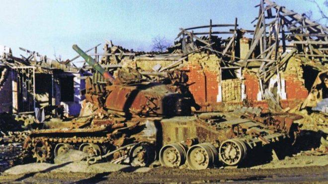 T-80BV destruido en Chechenia. El conflicto del Cáucaso demostraría ciertas vulnerabilidades de los blindados rusos, las cuales fueron agravadas por un deficiente empleo. Imagen: Internet