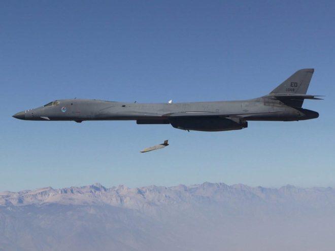 Un Lockheed AGM-158B JASSM-ER cae desde un Boeing B-1B. Imagen: USAF