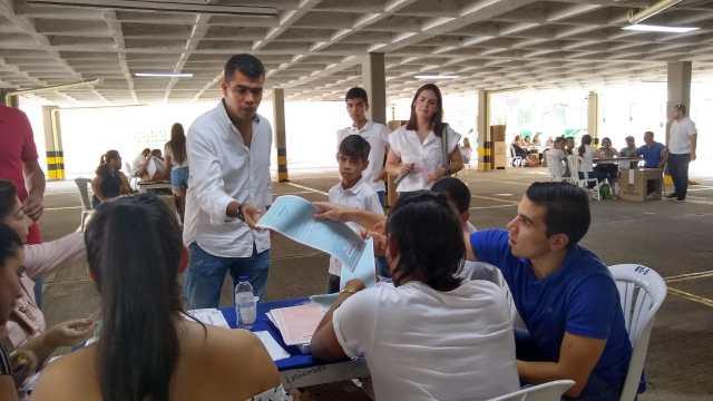 El candidato a la Gobernación, Rodney Castro Gullo, votó en familia en el Colegio Buen Consejo.
