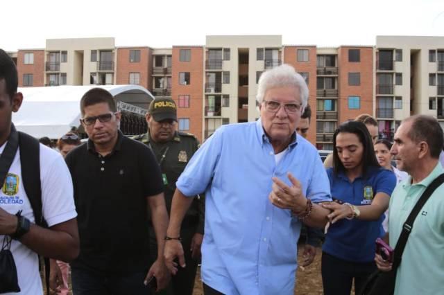 El Alcalde Joao Herrera Iranzo recorriendo el terreno.
