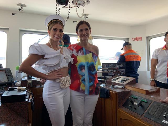 La Reina del Carnaval de Barranquilla, Isabella Chams Vega y la ministra de Transporte, Angela María Orozco.