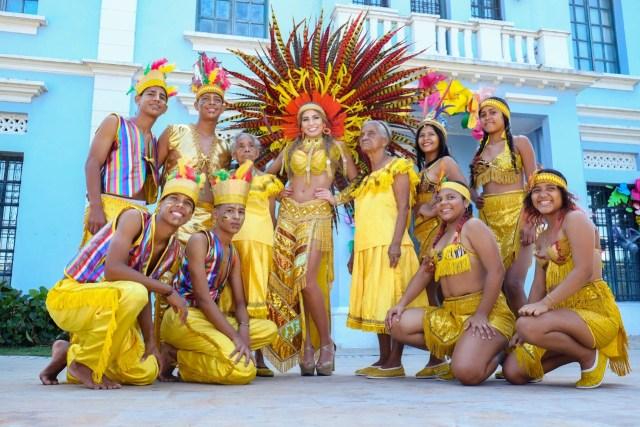 La Reina del Carnaval Isabella Chams usando traje inspirado en la Danza de los Indios  de Trenza Chimila.