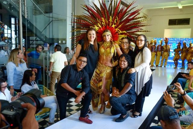 La Reina del Carnaval Isabella Chams junto a estudiantes y egresados de la EDA que diseñaron su vestuario.
