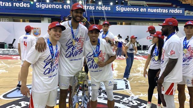 Hansel Atencia, Tony Trocha y Jerson Quintana posan con el trofeo de campeón