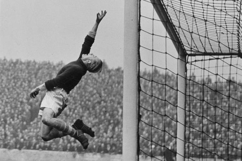 Trautmann in azione contro il Bolton, 1954