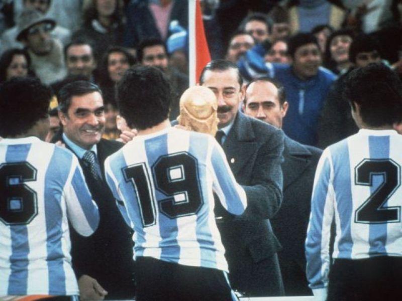 1978. Videla consegna la Coppa del Mondo al capitano a Passarella