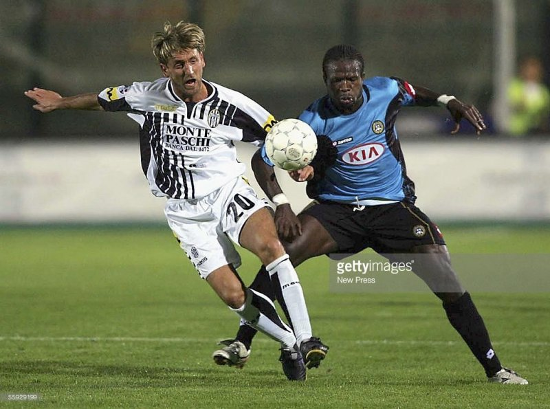 SIENA, ITALY - OCTOBER 15: Christian Obodo of Udinese competes with Tomas Locatelli of Siena during the Serie A match between Siena and Udinese at the Comunale Artemio Franchi Stadium on October 15, 2005 in Siena , Italy. (Photo by New Press/Getty Images) *** Local Caption *** Christian Obodo;Tomas Locatelli