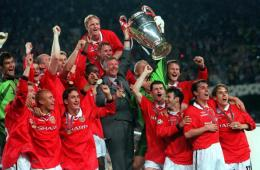 26th MAY 1999, UEFA Champions League Final, Barcelona, Spain, Manchester United 2 v Bayern Munich 1, Manchester United team with manager Alex Ferguson celebrate with the trophy following their win (Photo by Popperfoto/Getty Images)
