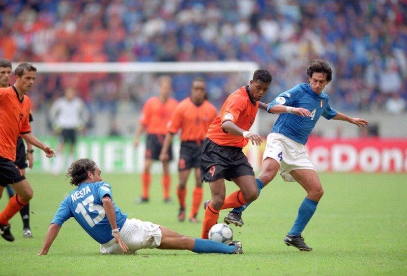 Patrick Kluivert tra Alessandro Nesta e Demetrio Albertini. (Shaun Botterill /Allsport)