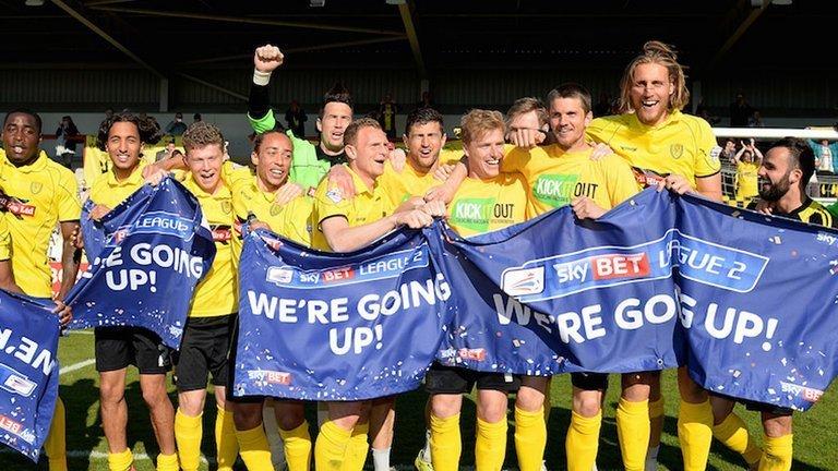 I giocatori del Burton festeggiano la promozione in League One.