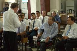 Élder Jeffrey R. Holland, del Quórum de los Doce Apóstoles discursa en la Conferencia de Sacerdocio de la rama La Habana, Cuba.