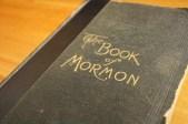 """Esta edición de 1906 del Libro de Mormón se venía realizando desde 1888. Las copias del Libro de Mormón hechas en esas fechas presentaron una tabla de contenidos que incluía breves resúmenes de historias y escrituras importantes. Por ejemplo, esta copia cuenta los relatos de 2 Nefi: """"Lehí a sus hijos"""", """"La oposición en todas las cosas"""", """"Adán cayó para que los hombres existiesen"""", """"José vio nuestro día"""", y así sucesivamente."""