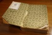1905, edición hawaiana del Libro de Mormón impreso por Deseret News. Encuadernado en tela negra y estampado con dorado en la cubierta y el lomo, adornado con diseño floral verde y blanco en las hojas finales de esta edición.
