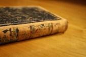 Si bien esta edición alemana de 1893 del libro de Mormón, impreso por Deseret News, está bien gastado, todavía se pueden ver los hermosos diseños de guijarros entintadas en los bordes de las páginas.