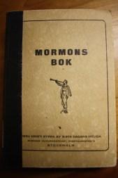 El ángel Moroni se convirtió en marca para muchos ejemplares extranjeros del Libro de Mormón, la cual incluye esta edición sueca de 1935, que es única en el color de cubierta, así como en el material y el diseño.