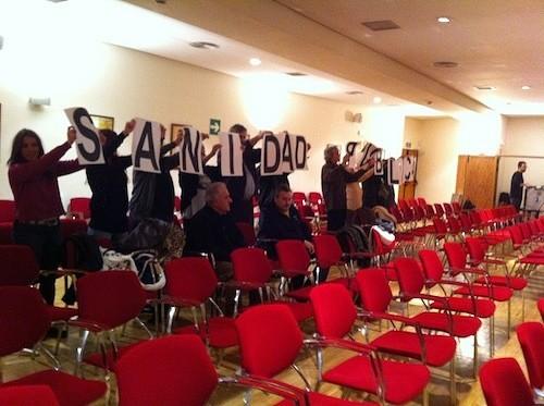 Momento en el que los vecinos sacan sus pancartas - Foto: AAVV Goya-Dalí