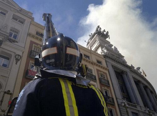 Un bombero se dispone a subir a lo alto de Alcalá 20 - Ayto