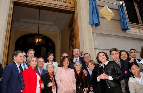 Botella posa con los familiares del arquitecto - Ayto